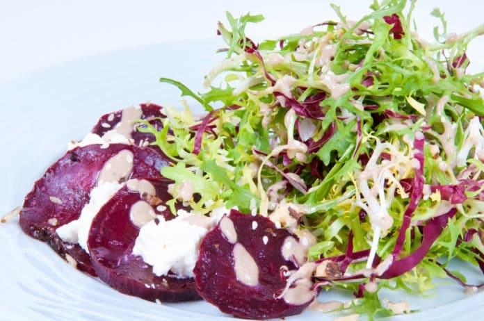 směs salátů s červenou řepou a cottage sýrem