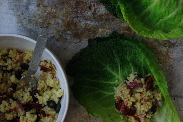 kapustové listy plněné jáhlovým salátem