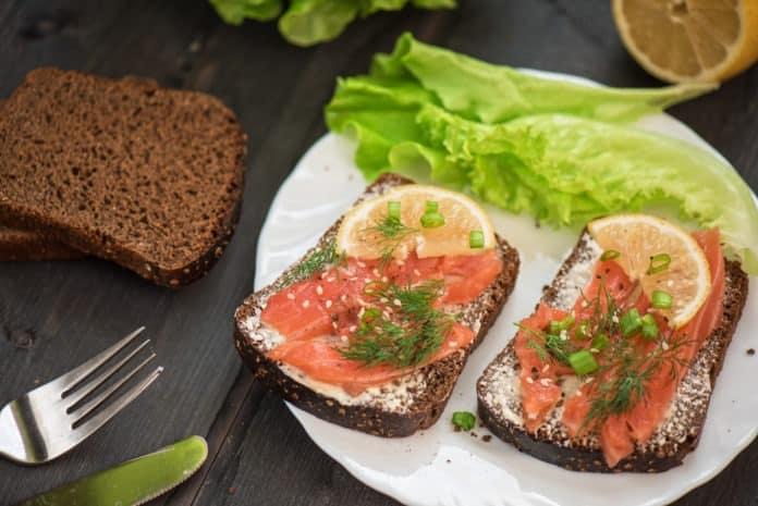 proteinový chléb s uzeným lososem a citrónem
