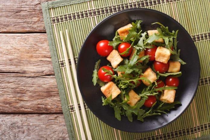salát s tofu a rajčátky