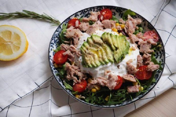salát s tuňákem, avokádem, rajčátky a rukolou