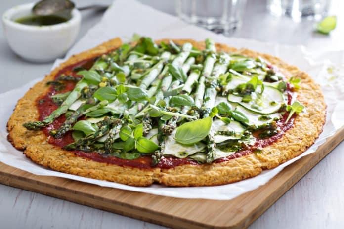 květáková pizza s chřestem a rajčatovou pastou