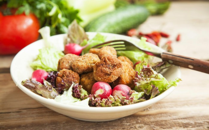 masové kuličky se zeleninovým salátem