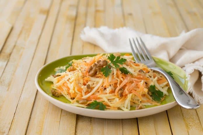 mrkvovo-celerový salát s jogurtem
