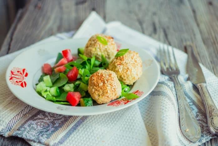 salát s falafelem a medovo-hořčičnou zálivkou