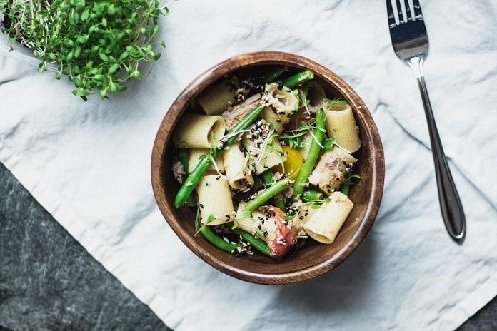 Salát s těstovinami, tuňákem, fazolkami a sezamem