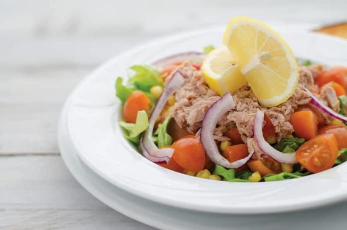 salát s tuňákem, kukuřicí a červenou cibulí