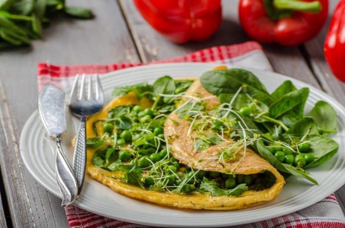 Vaječná omeleta se špenátem, hráškem a bylinkami