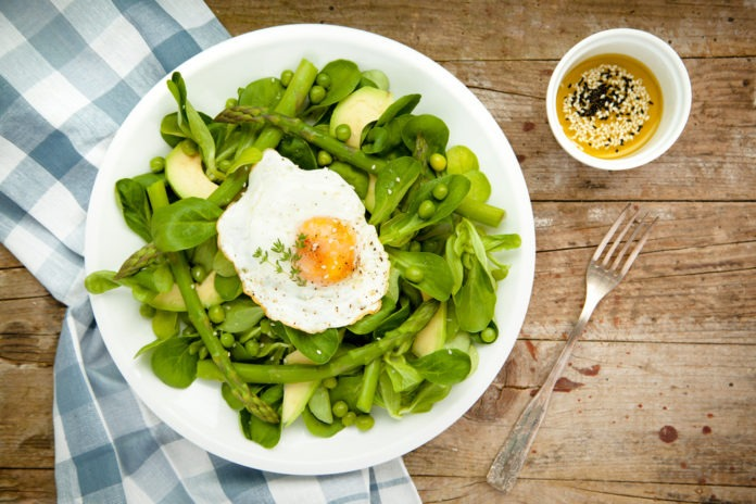 Zeleninový salát s avokádem a volským okem