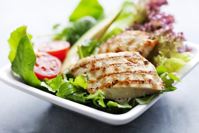 zeleninový salát s kuřecím masem, rajčaty a olivovým olejem