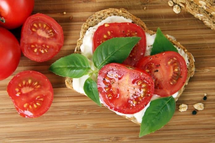 celozrnný chléb s lučinou a rajčaty