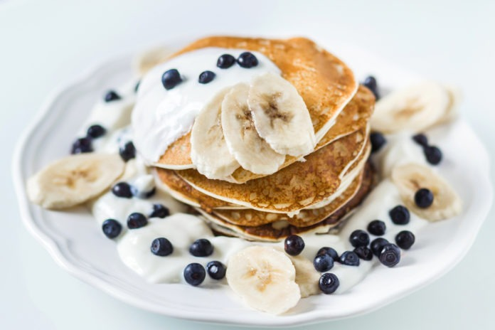 domácí proteinové palačinky s borůvkami, banánem a bílým jogurtem