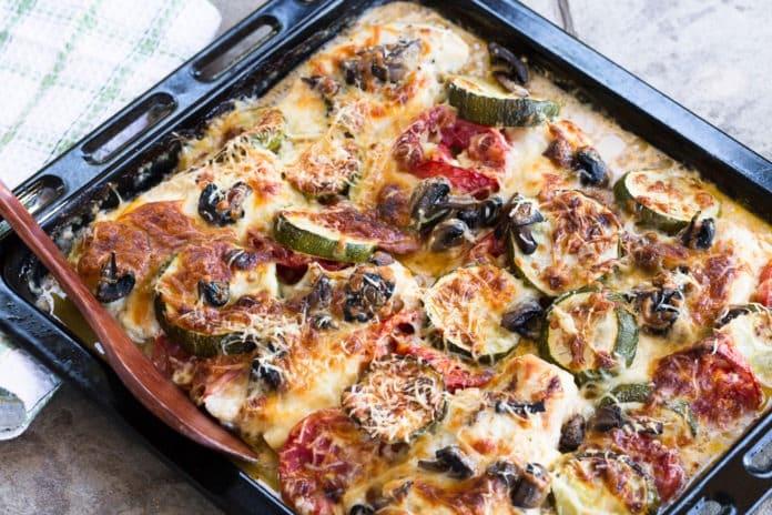 zapečená zelenina s balkánským sýrem a olivami
