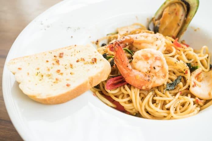 celozrnné těstoviny aglio olio s mořskými plody