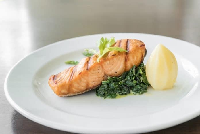 grilovaný losos se špenátem a bramborem