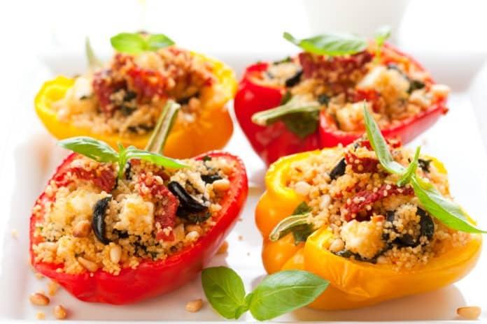papriky zapečené s kuskusem, olivami a balkánským sýrem