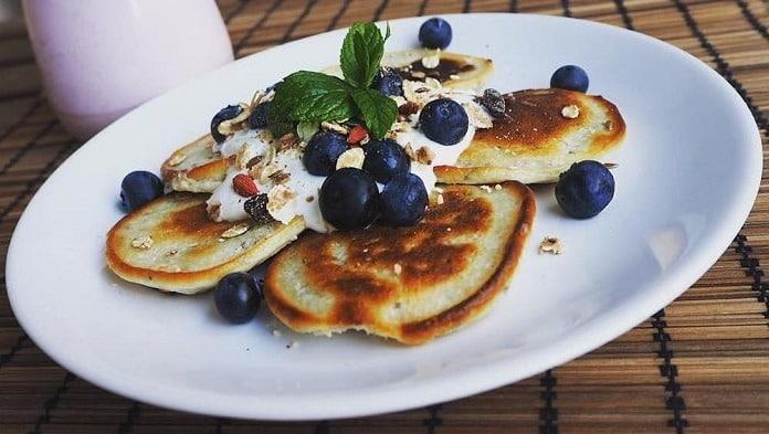 proteinové lívance s borůvkami a plátky mandlí
