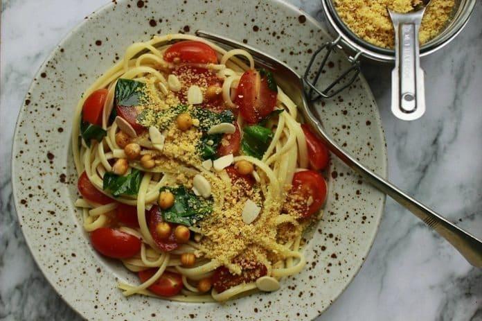 těstoviny s rajčaty a cizrnovou posypkou