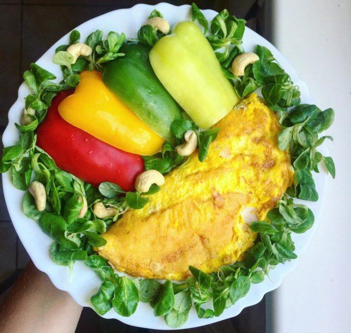 vaječná omeleta s polníčkovým salátkem a kešu oříšky