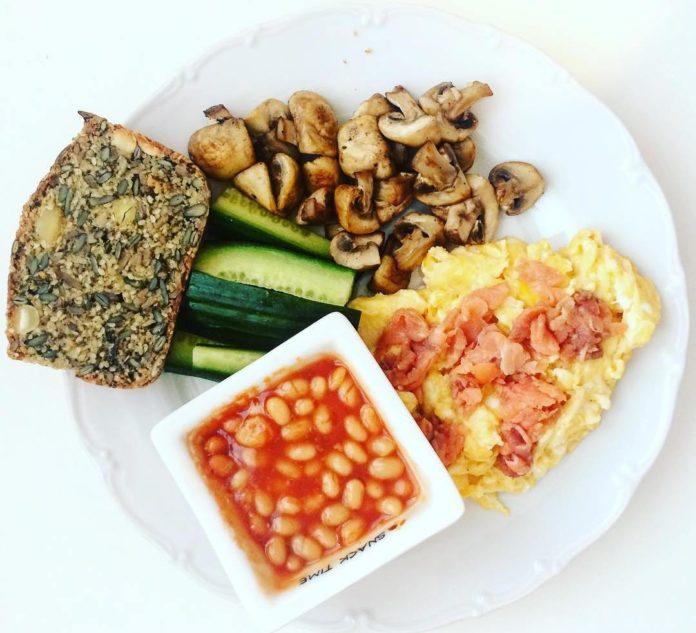 variace na anglickou snídani s paleo chlebem