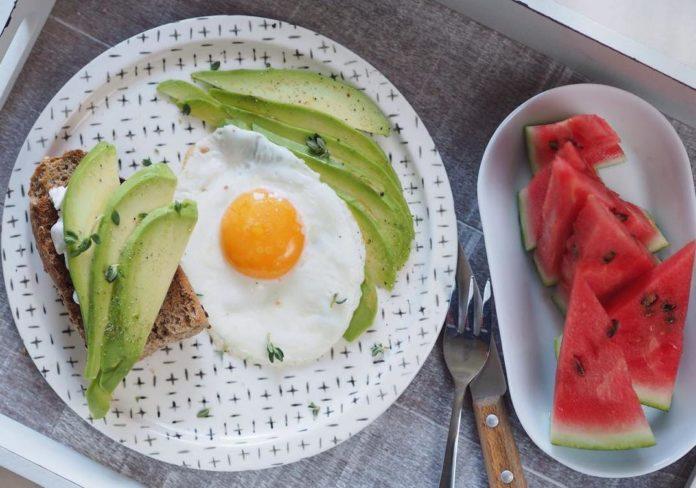 Volské oko, chleba s cottage sýrem a avokádem, meloun