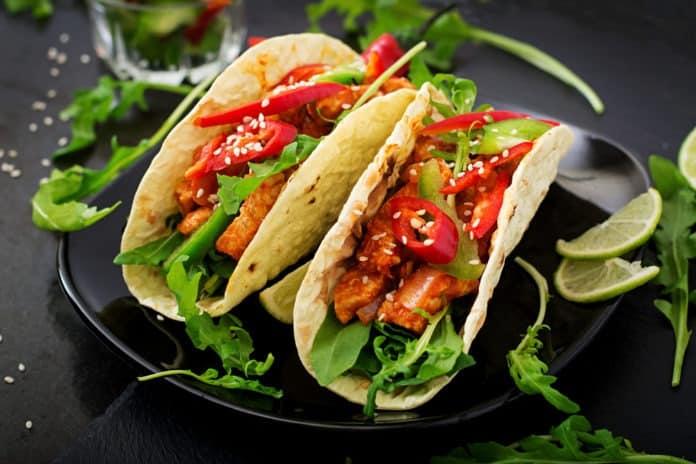 tacos s kuřecím masem a jalapeños