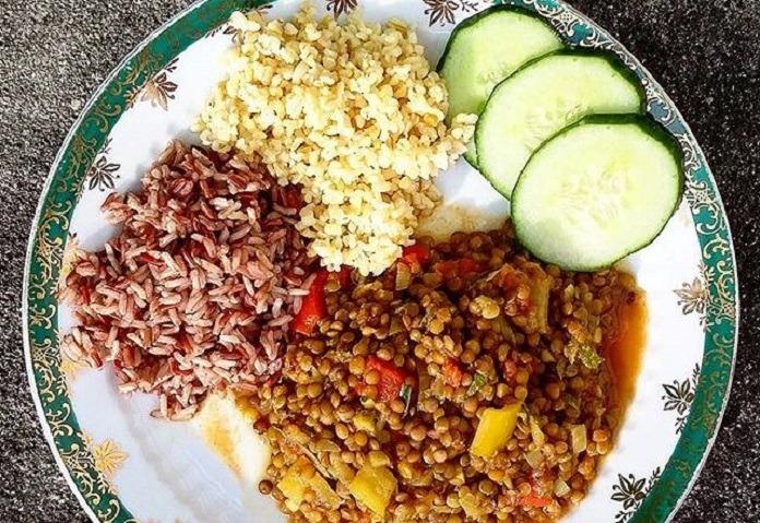 voňavá barevná čočka s vařenou rýží a bulgurem