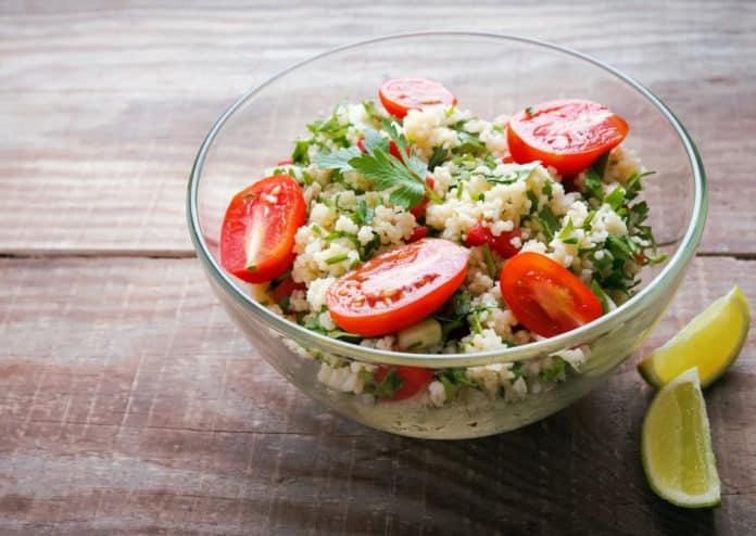 zeleninový salát s celozrnným kuskusem, rajčaty, čerstvým sýrem a hlívou ústřičnou