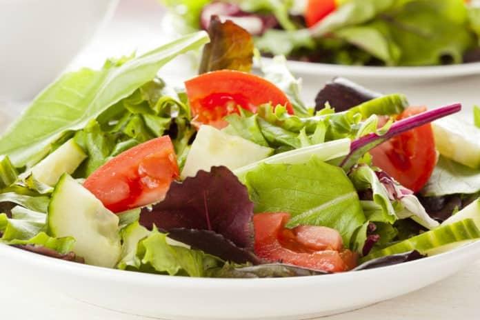 zeleninový salát s paprikami, rajčaty a okurkou