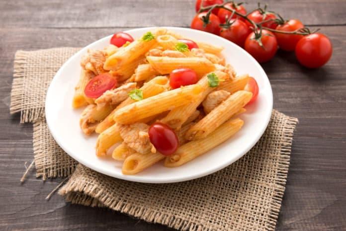 bezlepkové těstoviny s kuřecím masem a rajčatovou omáčkou