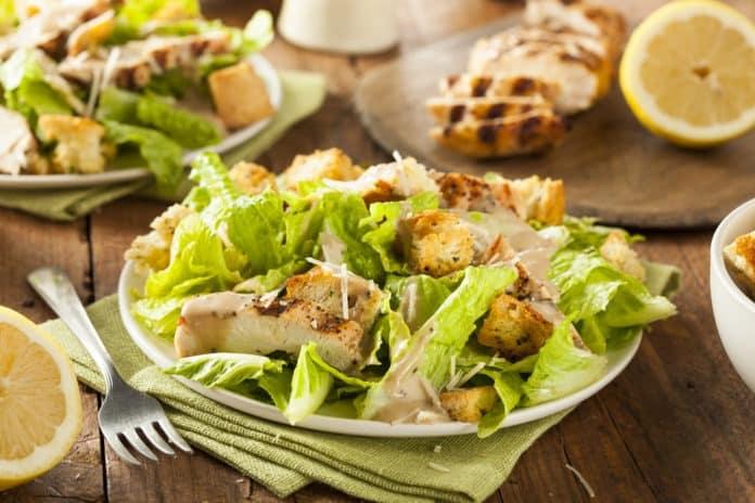 caesar salát s kuřecím masem a celozrnnými krutony