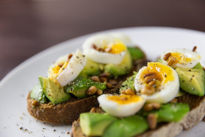 celozrnný chléb s avokádem a vajíčkem