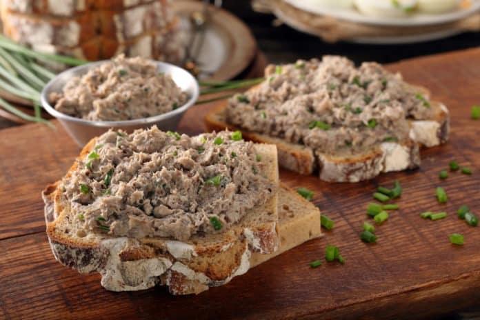 celozrnný chléb s rybí pomazánkou