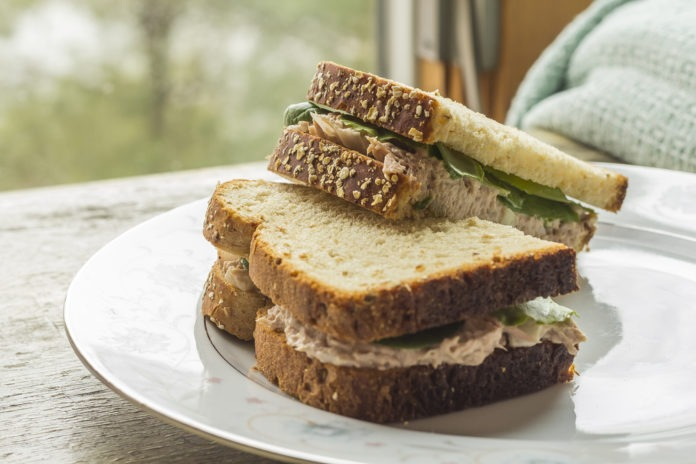 celozrnný sendvič se sýrem light, tuňákem a špenátem