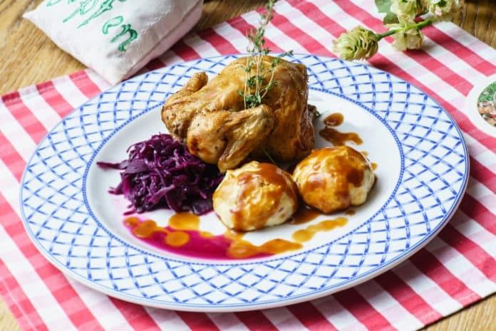 pečené kuře s vařeným bramborem a červeným zelím