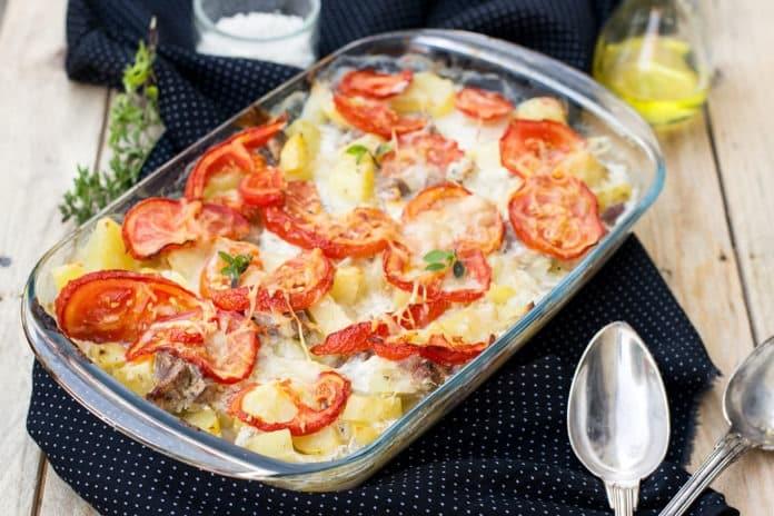 zapečené brambory s rajčaty, kuřeím masem a sýrem