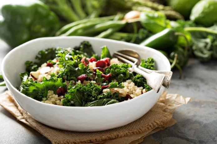 zeleninový salát s quinoou, brusinkami a vlašskými ořechy
