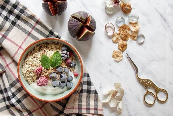 bílý jogurt + vločky + ovoce = VSL