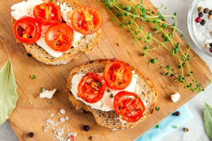 celozrnný chléb s mozzarellou a rajčetem