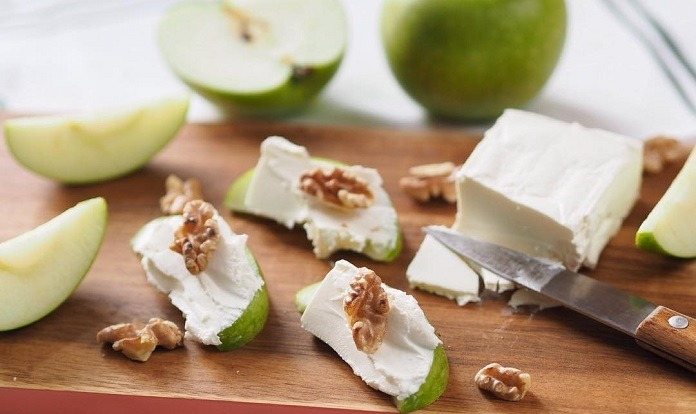 jablko s měkkým sýrem a vlašskými ořechy