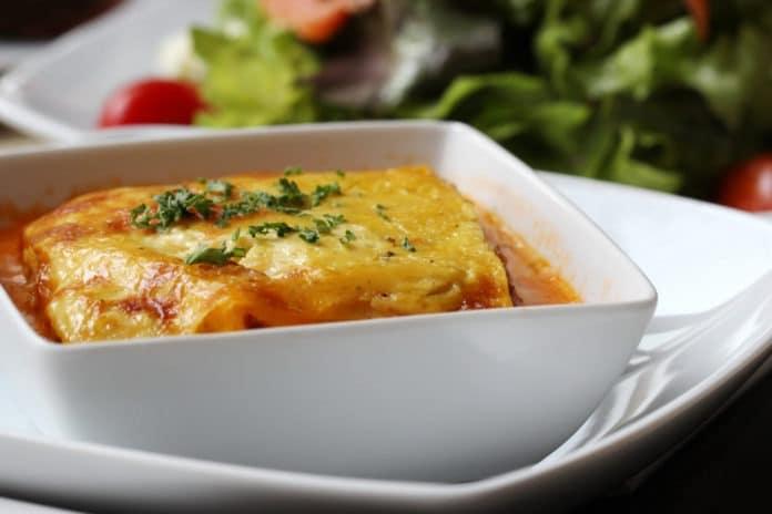 lasagne s rajčaty a mozzarellou, zeleninový salátek