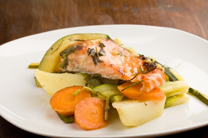 losos na páře s dušenou mrkví a bramborem