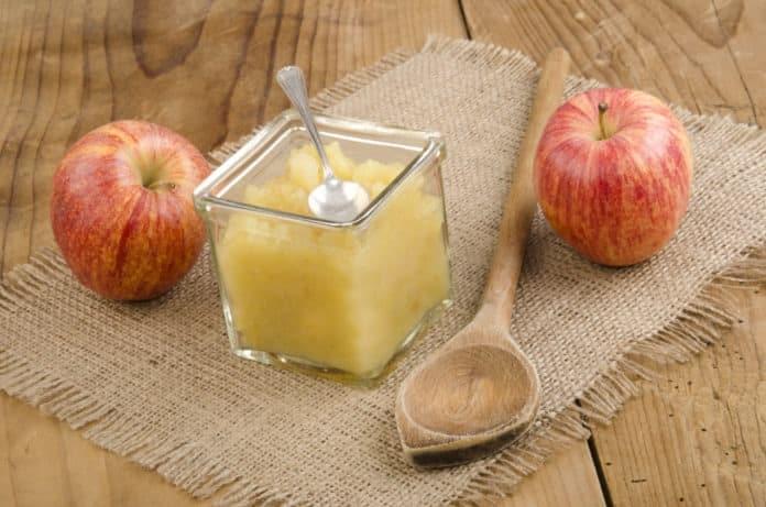 teplý jablečný kompot