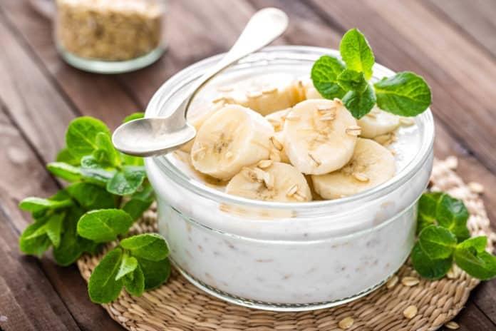 banán s bílým jogurtem a hrstkou ovesných vloček
