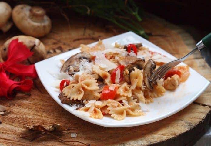 Celozrnné těstoviny s lesními houbami a rajčaty