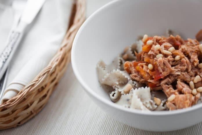 celozrnné těstoviny s tuňákem, rajčatovou omáčkou, rajčaty a olivami