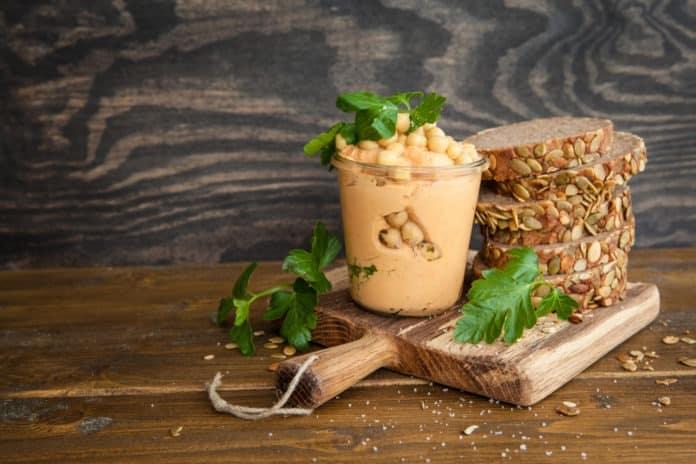 celozrnný chléb s hummusem a bylinkami