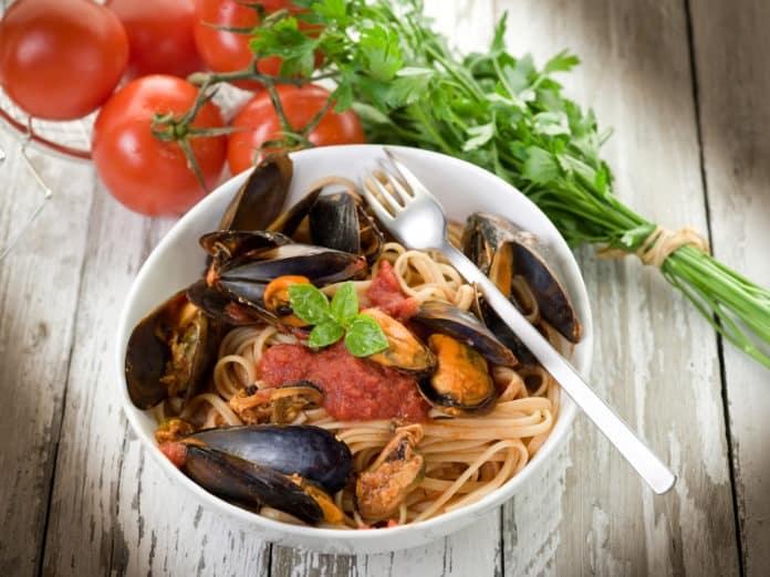 celozrnné špagety s bílým vínem a mořskými plody