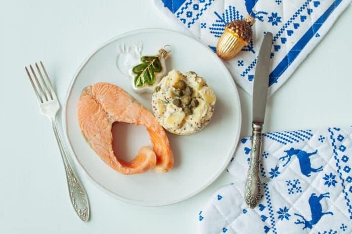 pečený losos s dietním bramborovým salátem