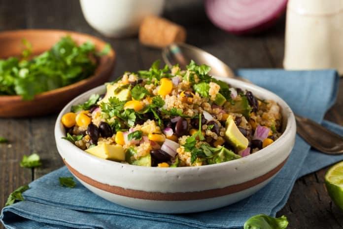 teplý fazolový salát s quinoou, kukuřicí a červenou cibulí